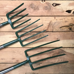 All of the Bulldog Tools come with a D handle made from Ash (from the top): the shrubbery fork, border fork, and digging fork.